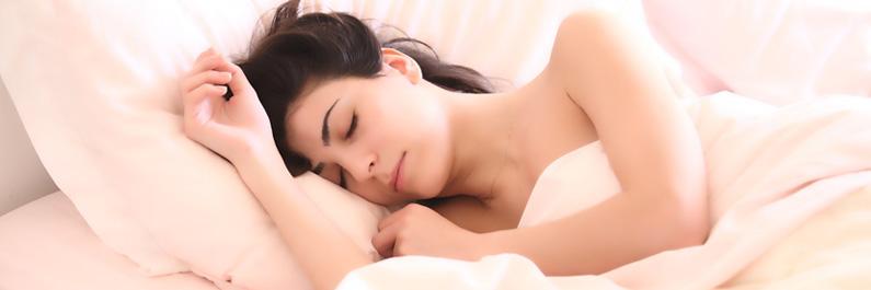 Slapende vrouw rust uit